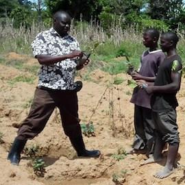 Image: Joseph Nkandu trains Ugandan farmers