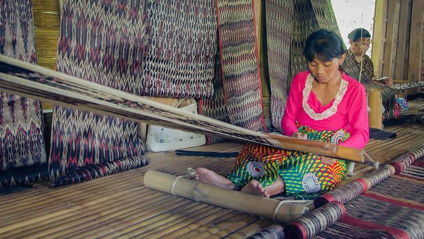 A Filipina weaver